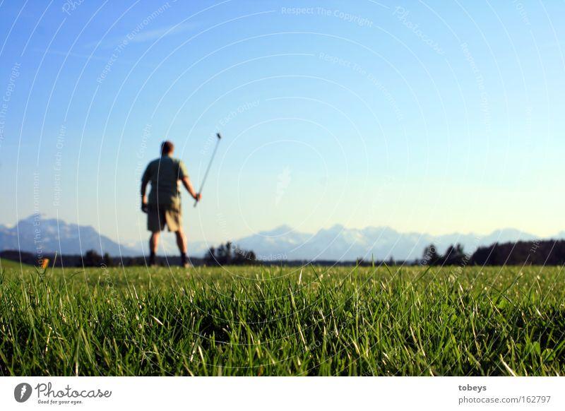 Der Golfer Berge u. Gebirge Sport Ballsport Golfplatz Alpen Allgäu Abschlag Lechbruck Farbfoto