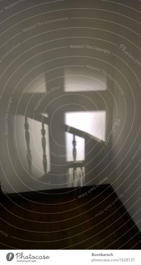 halbe Treppe Treppenhaus Treppengeländer Treppenabsatz alt dunkel retro Romantik Senior Stimmung Wege & Pfade Häusliches Leben Gedeckte Farben Innenaufnahme