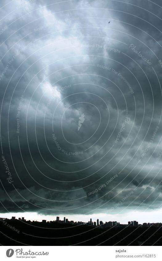 da braut sich was zusammen Himmel Stadt blau schwarz Wolken dunkel grau Regen Stimmung Wetter Hochhaus bedrohlich Asien Skyline Gewitter Unwetter