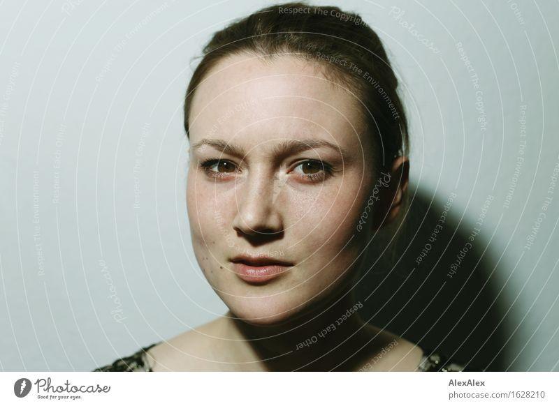 groß schön Sinnesorgane Junge Frau Jugendliche Gesicht 18-30 Jahre Erwachsene brünett langhaarig Porträt Blick beobachten ästhetisch authentisch außergewöhnlich