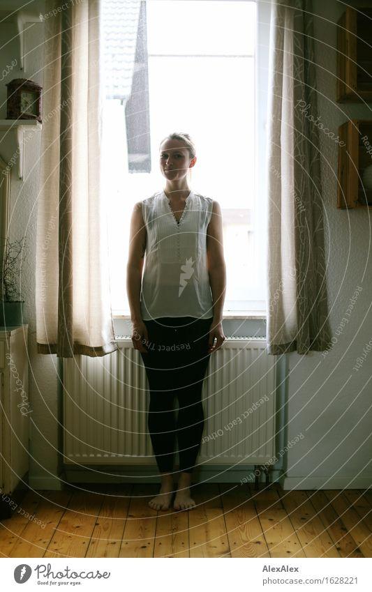 draussen ist es dunkel Heizung Dielenboden Fenster Gardine Junge Frau Jugendliche 18-30 Jahre Erwachsene Schönes Wetter Top Leggings Barfuß brünett langhaarig