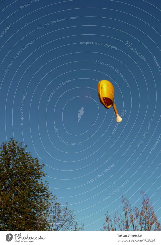 Salto Mortale Himmel Baum blau Freude gelb Garten fliegen Erfolg hoch drehen werfen Kannen Gießkanne verkehrt