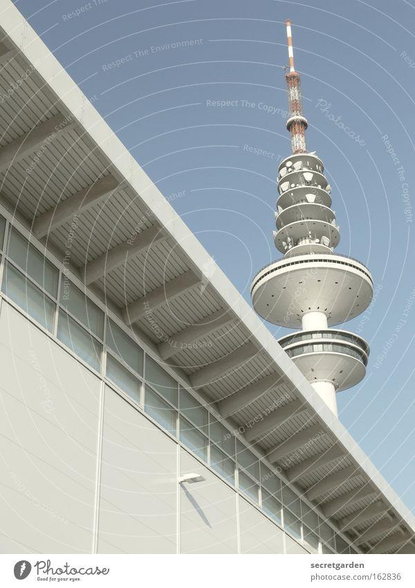 frohe ostern in hamburg Hamburg Messe Gebäude weiß Himmel hell Signal Coolness Fassade gewaltig Morgen Menschenleer Sommer Schönes Wetter Fernsehen Architektur
