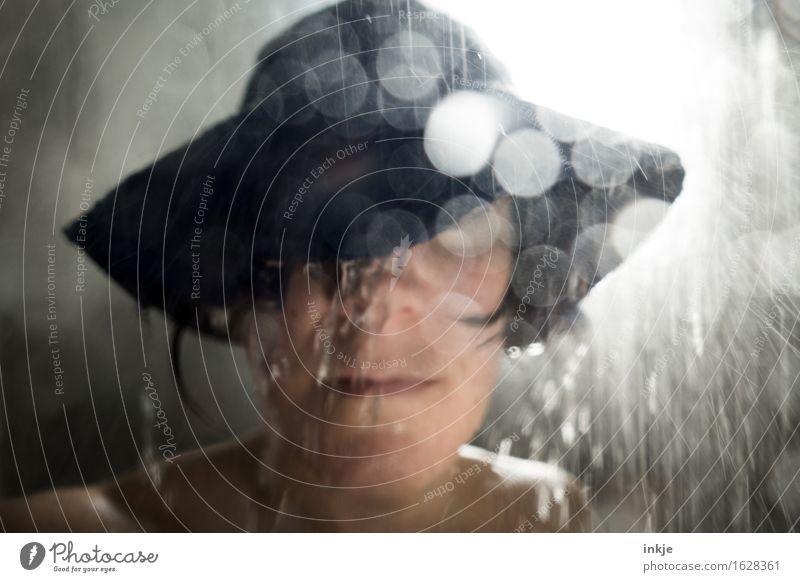 Schauer   shower Frau Erwachsene Leben Gesicht 1 Mensch Wasser Wassertropfen schlechtes Wetter Unwetter Regen Schutzbekleidung Hut Regenhut Unschärfe