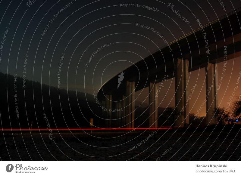 welche richtung?! Farbfoto Menschenleer Dämmerung Nacht Langzeitbelichtung Mond Brücke Bauwerk Autobahn PKW Blick dunkel rot Vorsicht Gelassenheit geduldig
