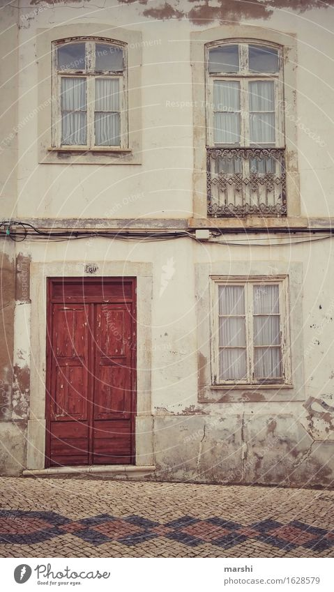 Hauseingang Stadt alt Fenster Reisefotografie Wand Leben Mauer Stimmung Fassade Häusliches Leben Tür Wohnhaus Stadtzentrum Altstadt Eingang