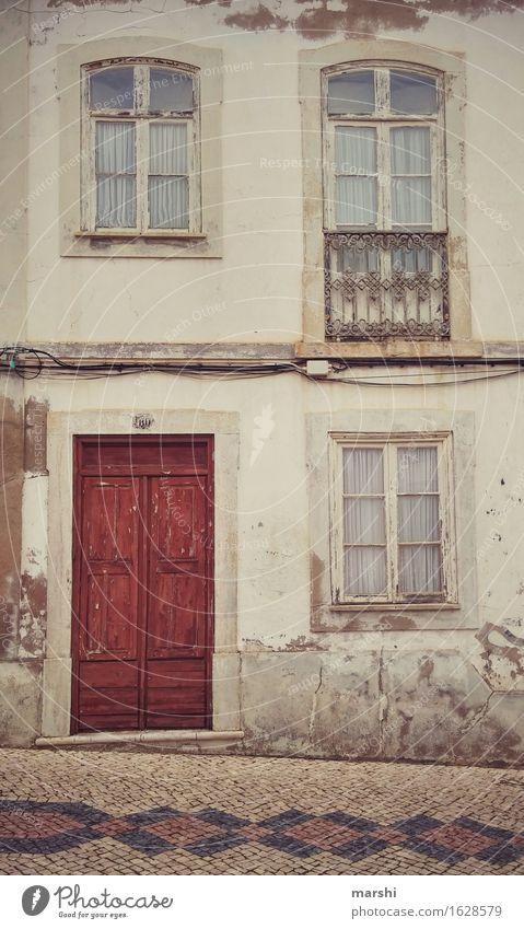 Hauseingang Stadt Stadtzentrum Altstadt bevölkert Mauer Wand Fassade Fenster Tür Namensschild Klingel Briefkasten Stimmung Wohnhaus Häusliches Leben Lagos