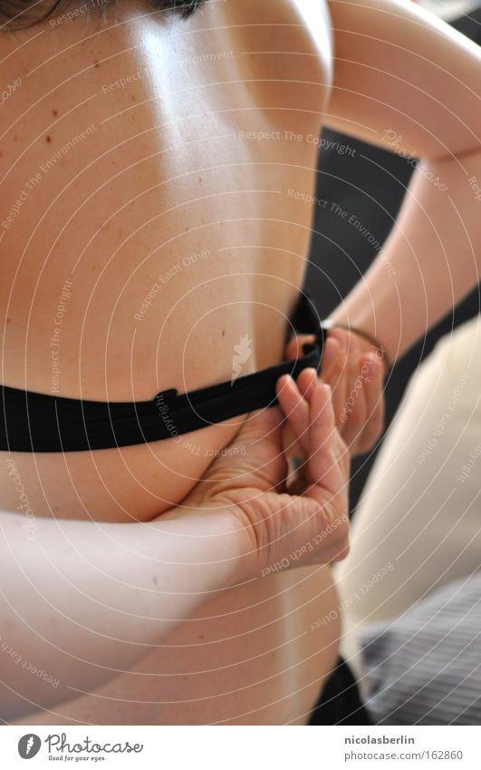 Osterüberraschung BH Rücken Frau Haut Oberkörper Hand entkleiden Leberfleck Vertrauen Schulterblatt Vorspiel Ein schöner Rücken kann auch Entzücken Bett Sofa