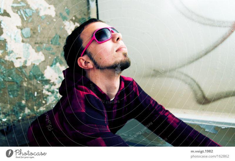 [DD|Apr|09] Sun is shining Mann Jugendliche Zufriedenheit Beleuchtung rosa hoch Coolness Blick nach oben Brille Sonnenbrille blenden Scherbe eitel verdreht