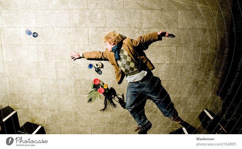 am Boden Mann Alkohol springen fliegen Locken Getränk