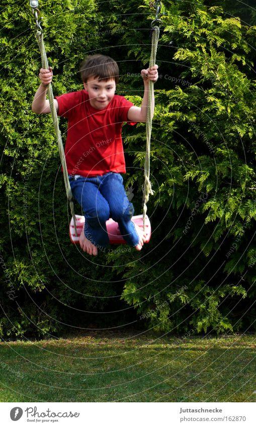 Swing Time Kind Freude Spielen Freiheit Junge Garten Kindheit Schaukel Spielplatz schaukeln