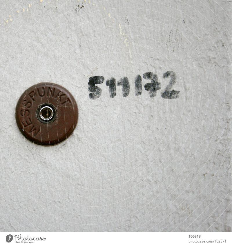 Fotonummer 117070 weiß Graffiti Wand Metall Schilder & Markierungen Schriftzeichen Kreis Buchstaben rund Ziffern & Zahlen Symbole & Metaphern Punkt Wort Hinweis Adjektive Aufschlag