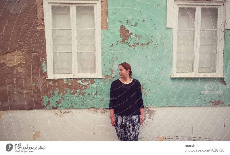 Urlaubsfoto Mensch Frau Ferien & Urlaub & Reisen Jugendliche Stadt Junge Frau Haus Fenster Reisefotografie Erwachsene Wand Gefühle feminin Lifestyle Mauer