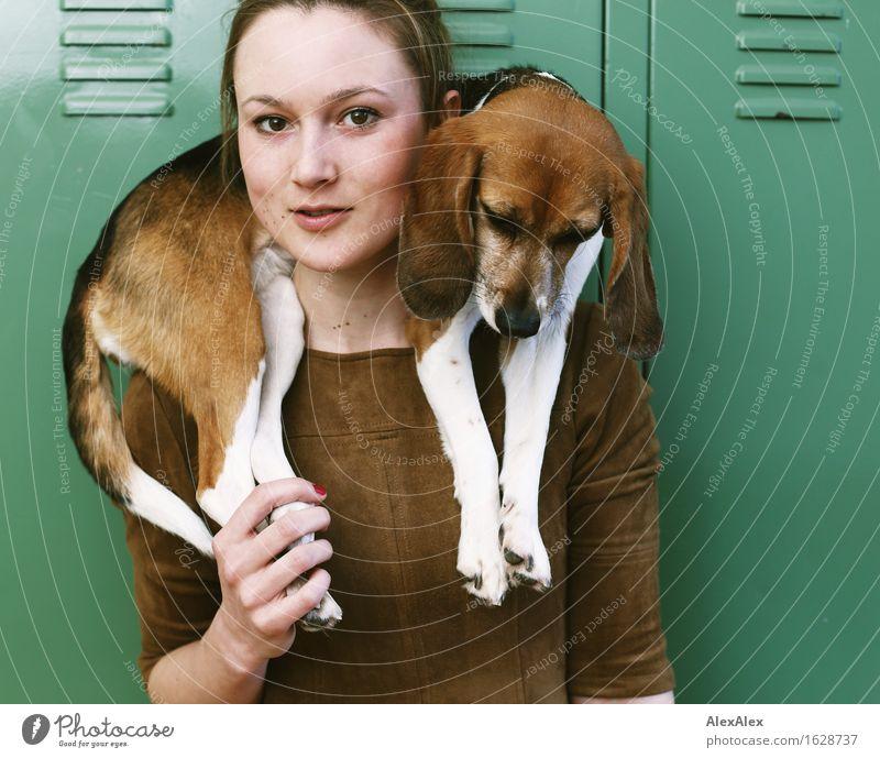 Nach der Jagd Hund Jugendliche schön Junge Frau Tier 18-30 Jahre Gesicht Erwachsene natürlich feminin außergewöhnlich ästhetisch beobachten Coolness Kleid
