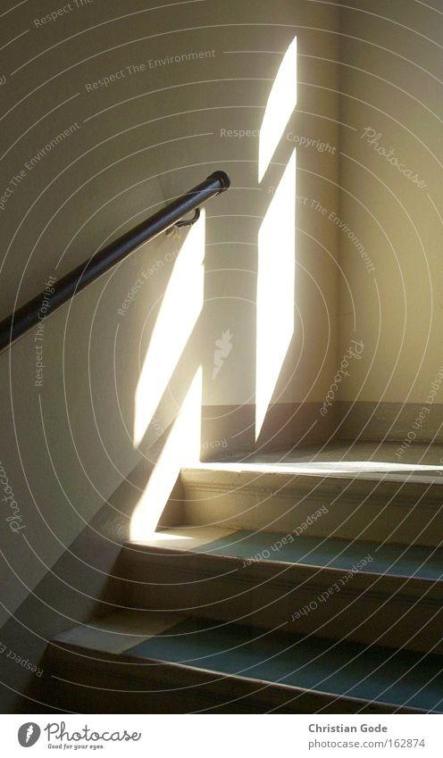 Lichtraum Treppenhaus Schatten Sonne Gasse Hinterhof Geländer Treppengeländer Fenster Etage Haus gelb grün weiß Detailaufnahme Flur