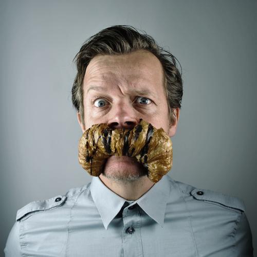 k. das brot Mann Mensch Bart Croissant Frühstück Comic Porträt Hemd Witz Humor Backwaren karikatur