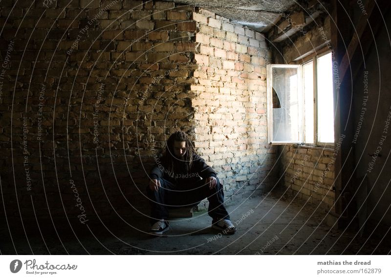 STILLES WARTEN Mensch Mann Einsamkeit Fenster Traurigkeit Denken hell Raum sitzen Trauer Vergänglichkeit verfallen Backstein nachdenklich Verzweiflung Einblick