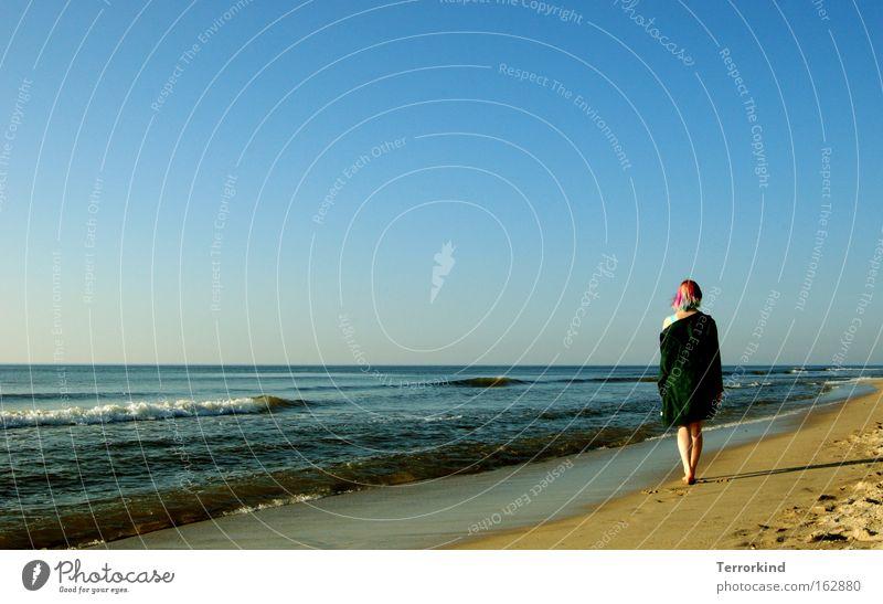 Und.der.Rest.wartet.auf.dich. Frau Meer Sommer Strand Einsamkeit Ferne Haare & Frisuren Sand Fuß Wellen gehen Kleid Unendlichkeit Vertrauen Schulter Abschied