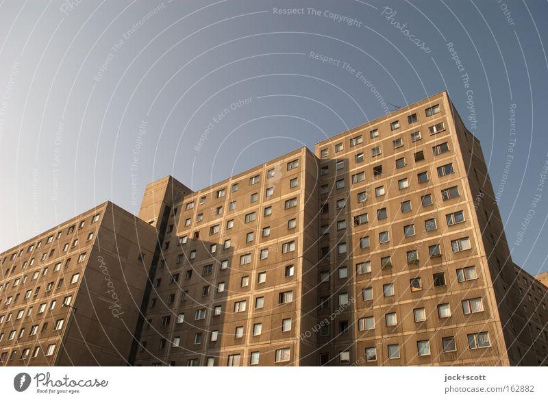 Fusion Plattenbau Architektur Wolkenloser Himmel Schönes Wetter Berlin-Mitte Stadthaus Wohnhochhaus Fassade eckig groß retro trist braun modern Nostalgie