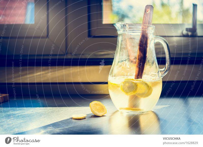 Krug mit Limonade auf dem Küchentisch Gesunde Ernährung Fenster Leben Stil Lifestyle Lebensmittel Design Wohnung Frucht Häusliches Leben frisch Tisch Getränk