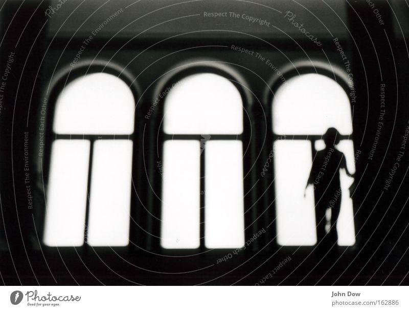 Trio oder Quartett? Schwarzweißfoto Textfreiraum oben Licht Silhouette Mensch 3 Theaterschauspiel Bühne Bauwerk Architektur Treppe Fenster gehen historisch