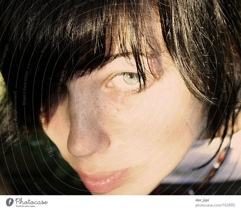 Was is da los? Zärtlichkeiten Jugendliche Frau feminin Auge Gesicht Blick Hals Lippen Wange Sonne Schatten Sommersprossen Nahaufnahme schön