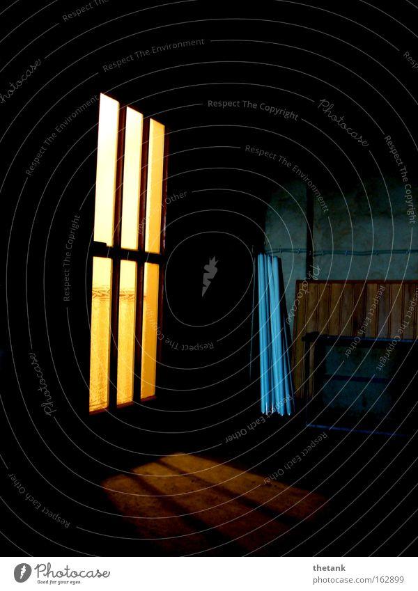 Rückzug ruhig Dachboden Tür Traurigkeit dunkel Einsamkeit Konzentration verstecken Lichtschein Nachdenken Farbfoto