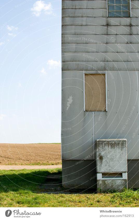 halb Haus halb Feld Schönes Wetter Dorf Idylle grau mehrfarbig verfallen vernageltes Fenster Stromkasten