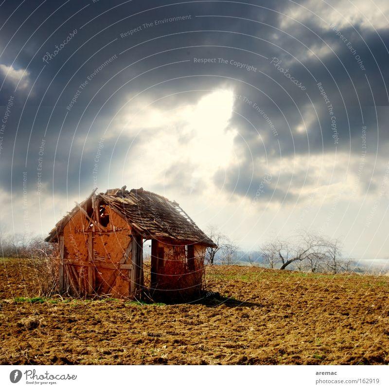 Immobilienkrise Himmel Sonne Einsamkeit Haus Landschaft Architektur Baustelle Feld verfallen Ruine Scheune Krise Hausbau