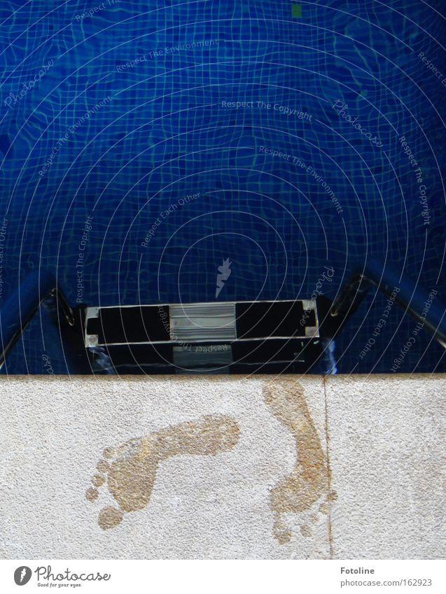 Bella's Füße Wasser blau Freude Fuß Spuren nass Treppe Bad Schwimmbad Schwimmen & Baden Fliesen u. Kacheln Fußspur Leiter Wassersport