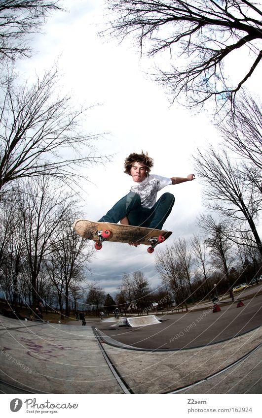 saisonstart II Skateboarding Aktion springen Park Sport Baum Natur Freestyle Stil Jugendliche Funsport fliegen Holzbrett Air Trick Jump