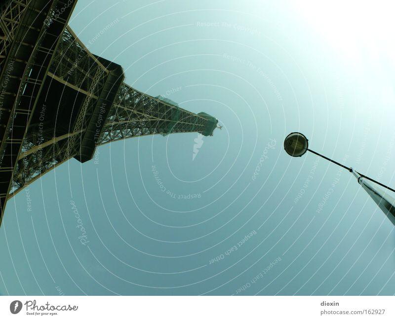 Tragische Strassenlaternen Tour d'Eiffel Paris Laterne Straßenbeleuchtung Stahl Fachwerkfassade Architektur monumental hoch gewaltig Funkturm Eisen Tourismus