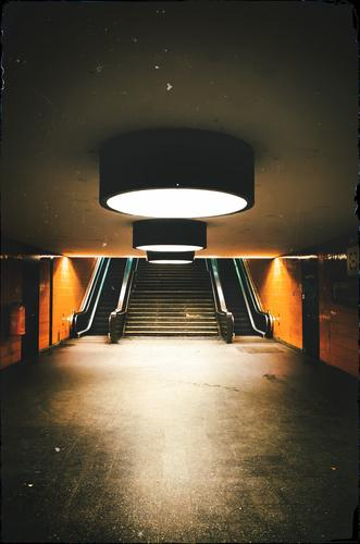 S-Bahn Station Messe Nord/ICC (Berlin) dunkel Architektur Beleuchtung orange Treppe Spiegel Personenverkehr Bahnhof Illumination Rolltreppe Schienenverkehr