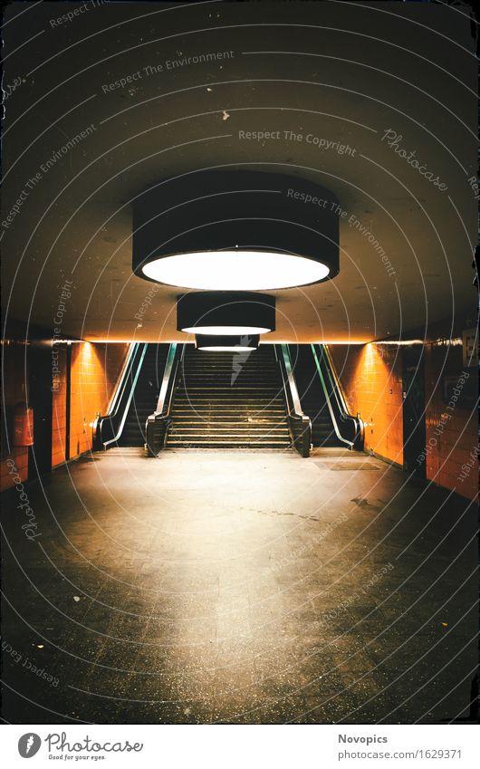 S-Bahn Station Messe Nord/ICC (Berlin) Spiegel Bahnhof Architektur Treppe Personenverkehr Öffentlicher Personennahverkehr Schienenverkehr Rolltreppe dunkel