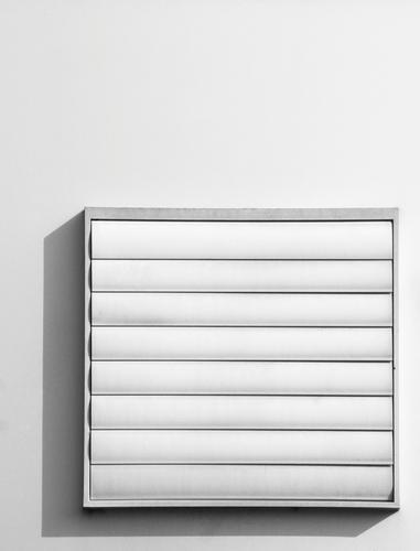 |=_| Lamellenjalousie Quadrat Rechteck Geometrie geschlossen schwarz weiß Klimaanlage Lüftung Detailaufnahme Haustechnik Facility Management