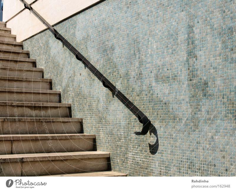 Upstairs Wand Architektur grau Mauer Treppe Geländer Tunnel aufwärts Portugal Lissabon Mosaik