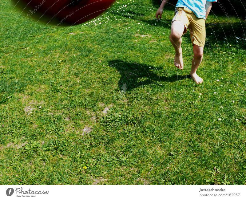 Fast vorbei... Spielen Beine Kindheit Fußball gefährlich Fußball Ball Barfuß Treffer schießen Ballsport Volltreffer