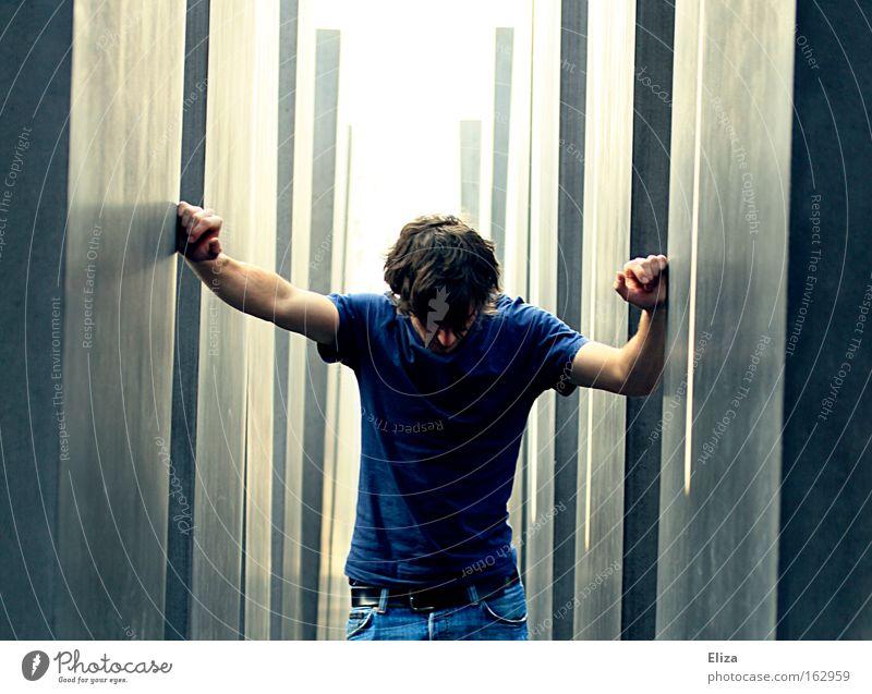 Alles gerät ins Wanken. Mensch Mann Berlin Trauer festhalten Denkmal Verzweiflung Wahrzeichen Mord unsicher taumeln Massenmord Holocaustgedenkstätte