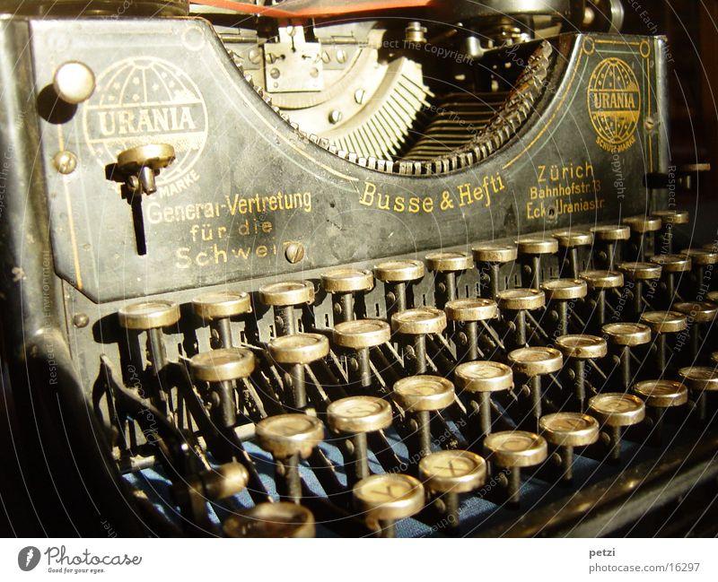 Schönes altes Ding Tastatur schreiben Schreibmaschine antik Antiquität Urainia aus Zürich Farbband Farbfoto Innenaufnahme Menschenleer Kunstlicht Sammlerstück