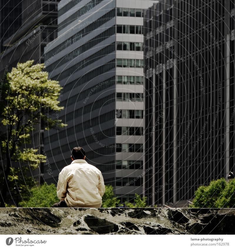 Big City Life New York City USA Einsamkeit Hochhaus Park Senior Mensch Mann sitzen Erholung Pause ruhig häuserschluchten Traurigkeit Stadt