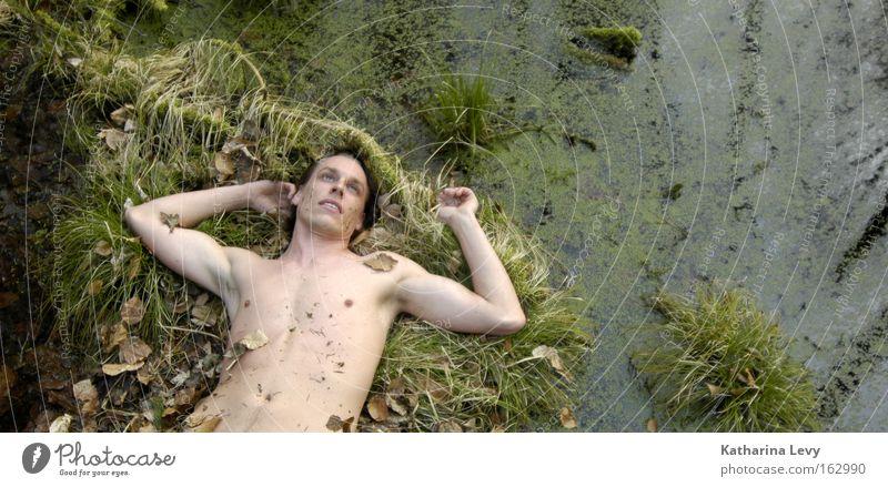 schlafes bruder Mann Moor Sumpf Wasser Gras nackt Akt Oberkörper Brust Trauer Verzweiflung Vergänglichkeit Männlicher Akt