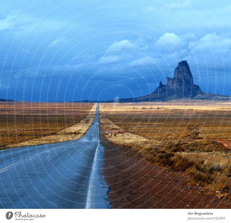 Monument Valley Arizona Straße Berge u. Gebirge Regen Wolken Horizont Ferne Wüste Steppe Straßenrand Ferien & Urlaub & Reisen Reisefotografie Einsamkeit USA