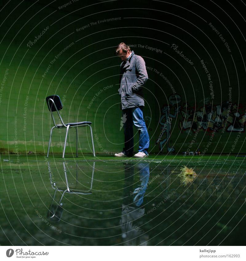 warteschlange Mensch Mann grün warten Lifestyle stehen Stuhl Häusliches Leben verfallen Möbel Typ feucht Moos Lagerhalle Halle Pfütze
