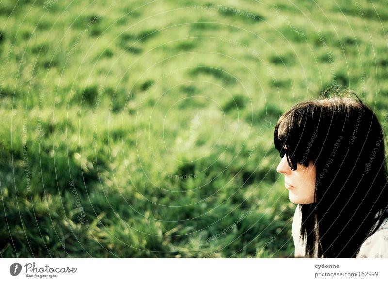 [DD|Apr|09] Sonnenanbeterin Frau Mensch Natur schön grün Ferne Wiese Gras Frühling Freiheit Zeit Wunsch Sehnsucht Sonnenbrille Optimismus Brille
