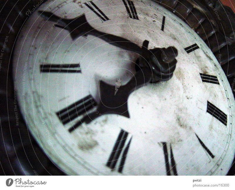 Wie die Zeit vergeht Uhr alt schwarz weiß Zifferblatt Uhrwerk antik Uhrenzeiger 1867 gebaut Farbfoto Innenaufnahme Menschenleer Kunstlicht Römische Zahlen