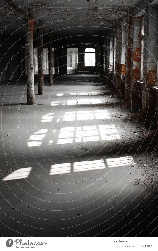 Lichtspielhaus alt Fenster grau Gebäude dreckig Industrie Industriefotografie Fabrik Vergänglichkeit verfallen Vergangenheit Verfall schäbig Ruine Lagerhalle