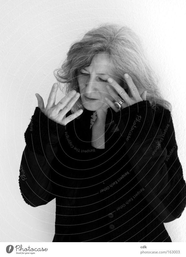 verinnerlichen Mensch Frau Hand Finger gestikulieren Gesichtsausdruck Körperhaltung attraktiv grauhaarig elegant 50 plus Schwarzweißfoto sprechen Best Ager
