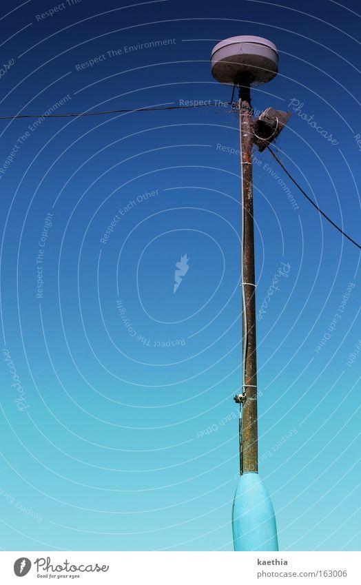 erleuchtung Himmel blau Sommer Freiheit hell Metall Elektrizität Laterne Strommast Straßenbeleuchtung Leitung Blauer Himmel Fortschritt hell-blau Tschechien