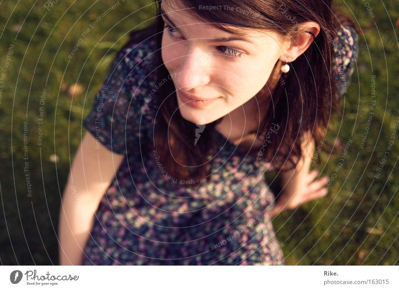Die Liebe in Gedanken. Frau Mensch Jugendliche Sommer Freude Erwachsene Gesicht feminin Kopf Haare & Frisuren Glück Denken Frühling Mode frei