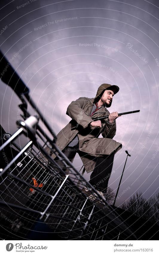 wild joe goes big city Mann Spielen Angst groß gefährlich bedrohlich Mütze Bart grinsen Panik Waffe Jäger Einkaufswagen Beruf Flinte